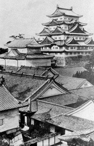 戦争で焼失する前の名古屋城天守と本丸御殿