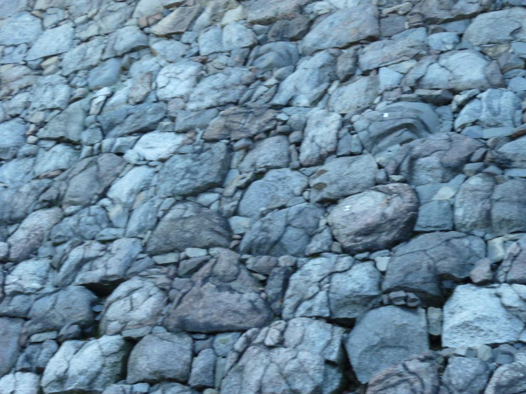 名古屋城天守が炎上した際の熱で割れてしまった石垣