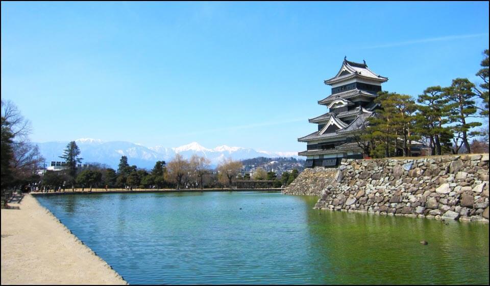 松本城天守とアルプス