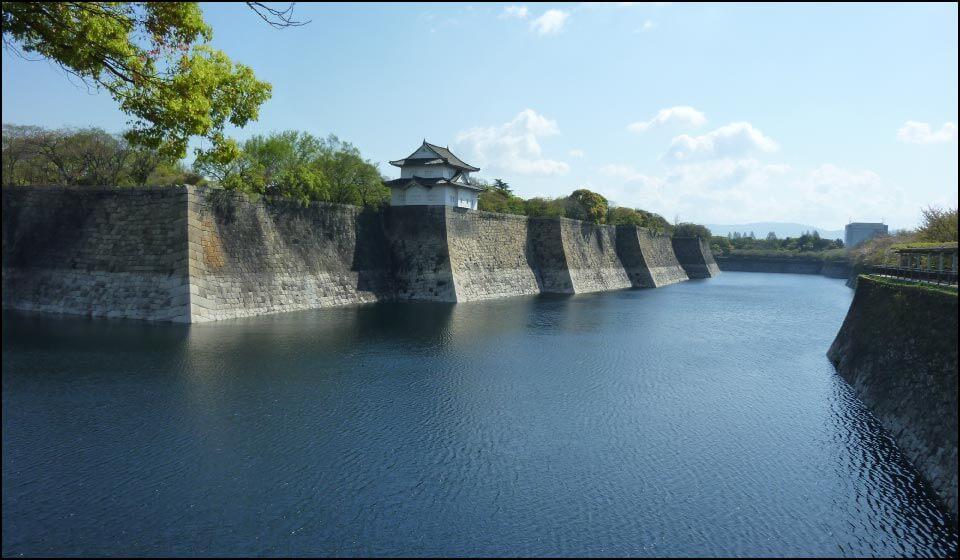 大阪城の石垣と水堀