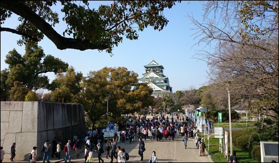 観光客が訪れる大阪城