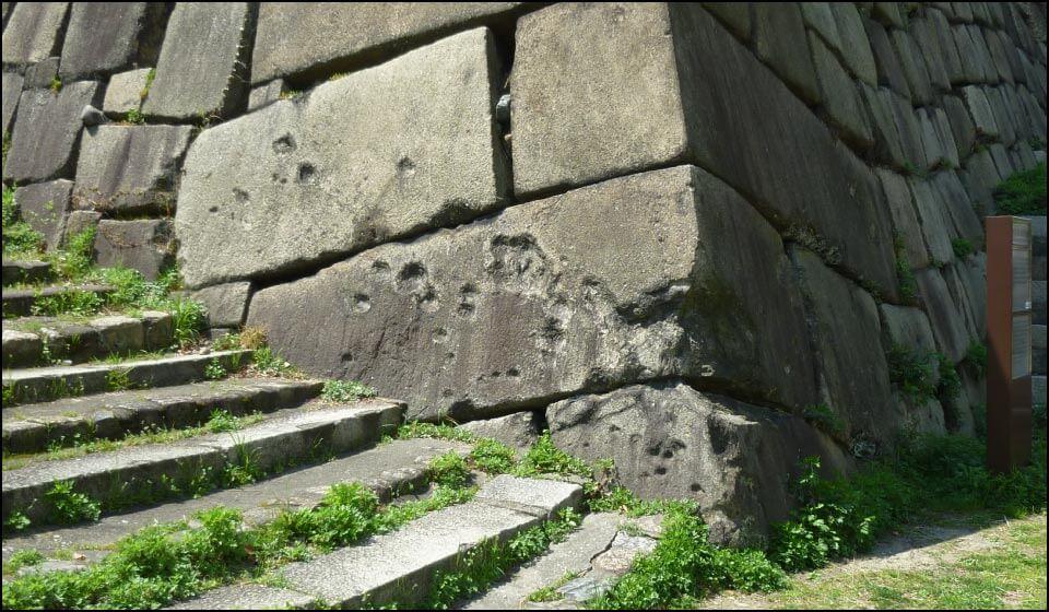 大阪城の石垣に残る銃撃のあと