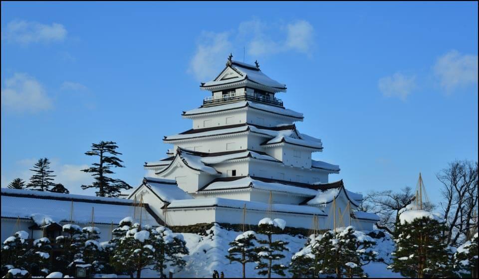 雪に覆われている会津若松城天守