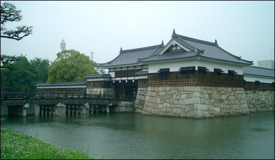 復元された二の丸表御門や平櫓