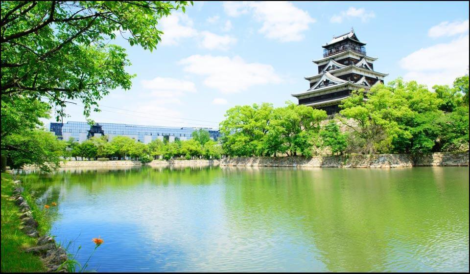 広島城天守と堀