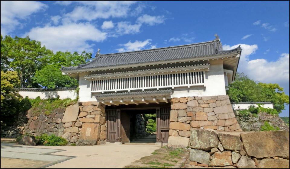再建された岡山城不明門