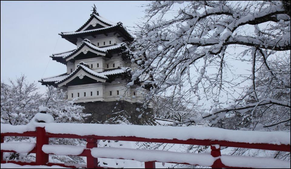 雪化粧の弘前城天守