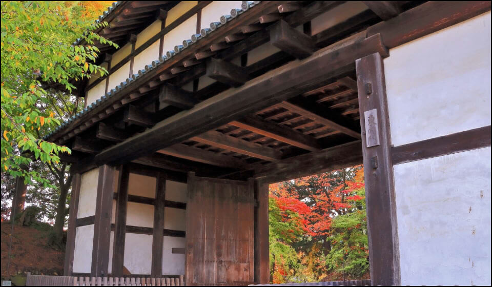 弘前城に残る東内門