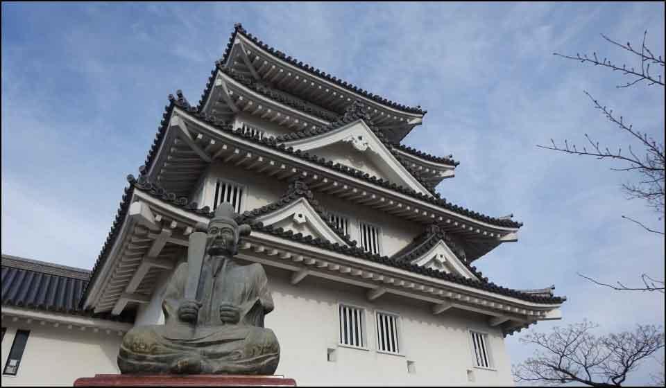 秀吉像と墨俣城模擬天守