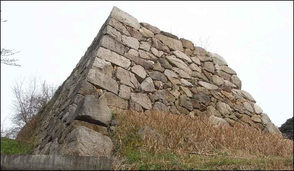 月山富田城に残る石垣