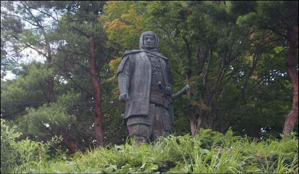 春日山城にある上杉謙信像