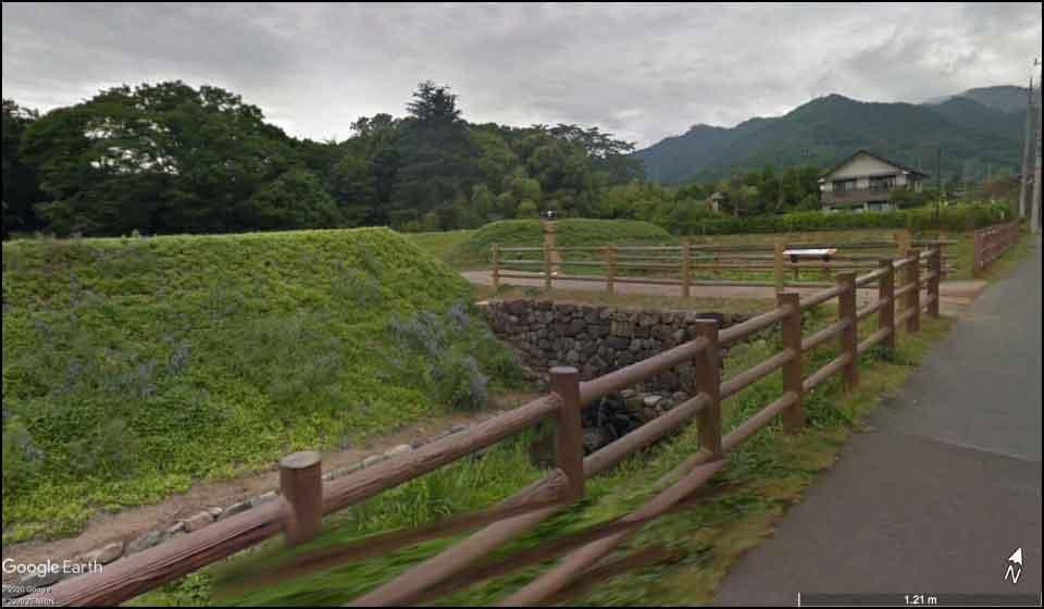 つつじヶ崎館の復元された堀と土塁