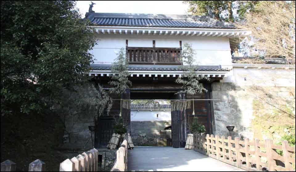 飫肥城の復元された大手門